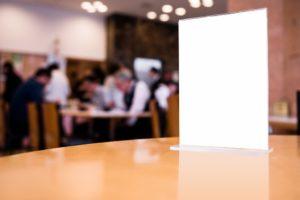 Мокап меню в ресторане. restaurant menu card holder mockup