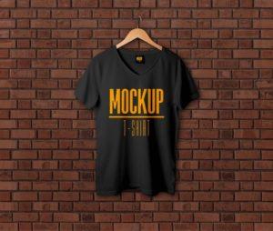 мокап футболки на фоне кирпичей. v-neck t-shirt mockup