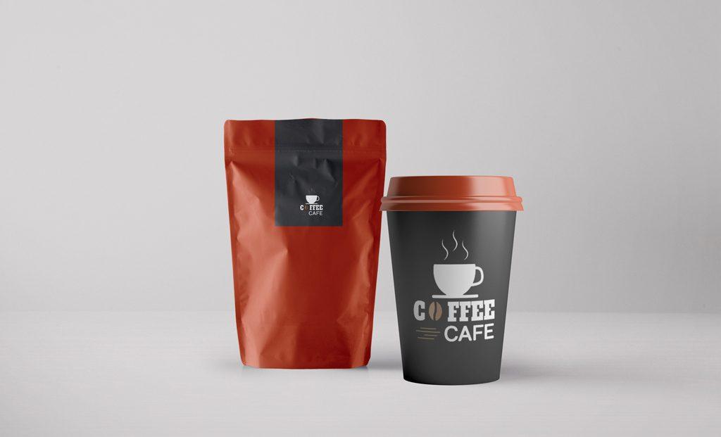 Мокап упаковки кофе и стакана. coffee packaging and cup mockup