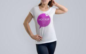 Мокап женской футболки. girl wearing printed t-shirt mockup