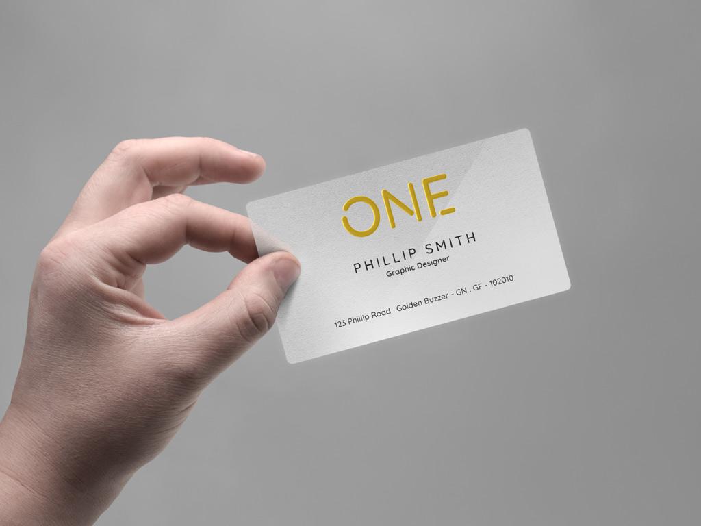Мокап визитки в руке