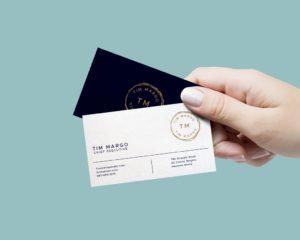 Мокап визитки в руке. business cards mockup