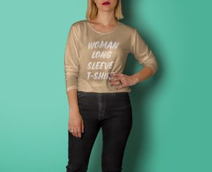 Мокап женской футболки. woman wearing a long sleeve shirt mockup
