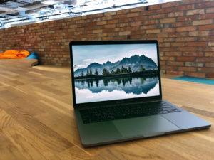Мокап MacBook Pro. macbook pro in office mockup