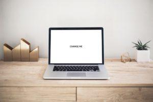 PSD мокап MacBook на столе