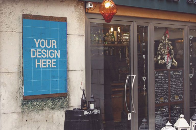 Мокап афиши у дверей ресторана. poster next to restaurant mockup