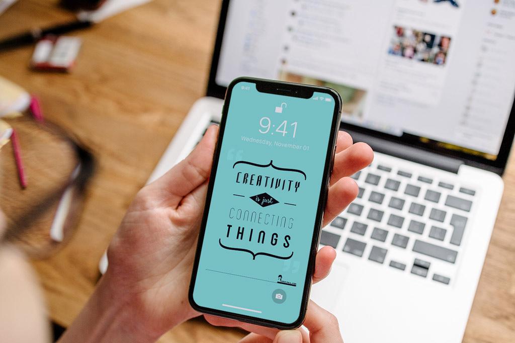 Мокап iPhone в руках. using iphone mockup