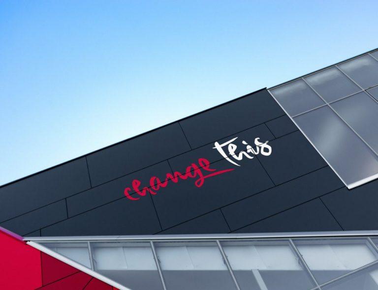 Мокап логотипа на стене. building branding mockup