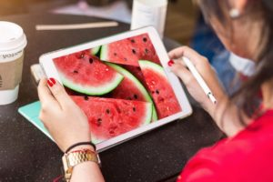 Мокап iPad в руках. ipad mockup