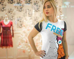 Мокап женской футболки. blonde girl wearing t-shirt mockup