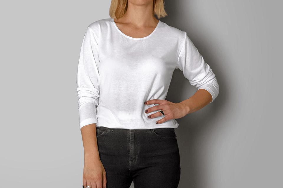Мокап женской футболки с длинными рукавами. woman wearing a long sleeve shirt mockup