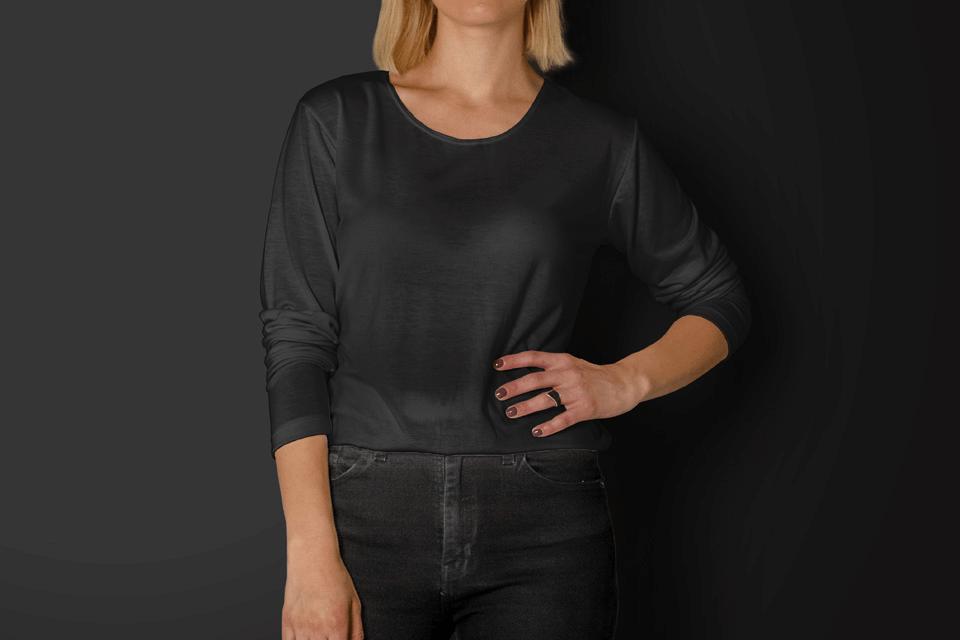 PSD мокап женской футболки. woman wearing a long sleeve shirt mockup