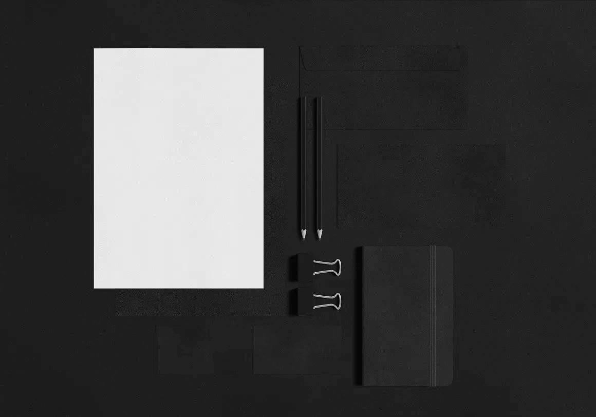 Бесплатный psd мокап фирменного стиля на темном фоне. stationary items mockup
