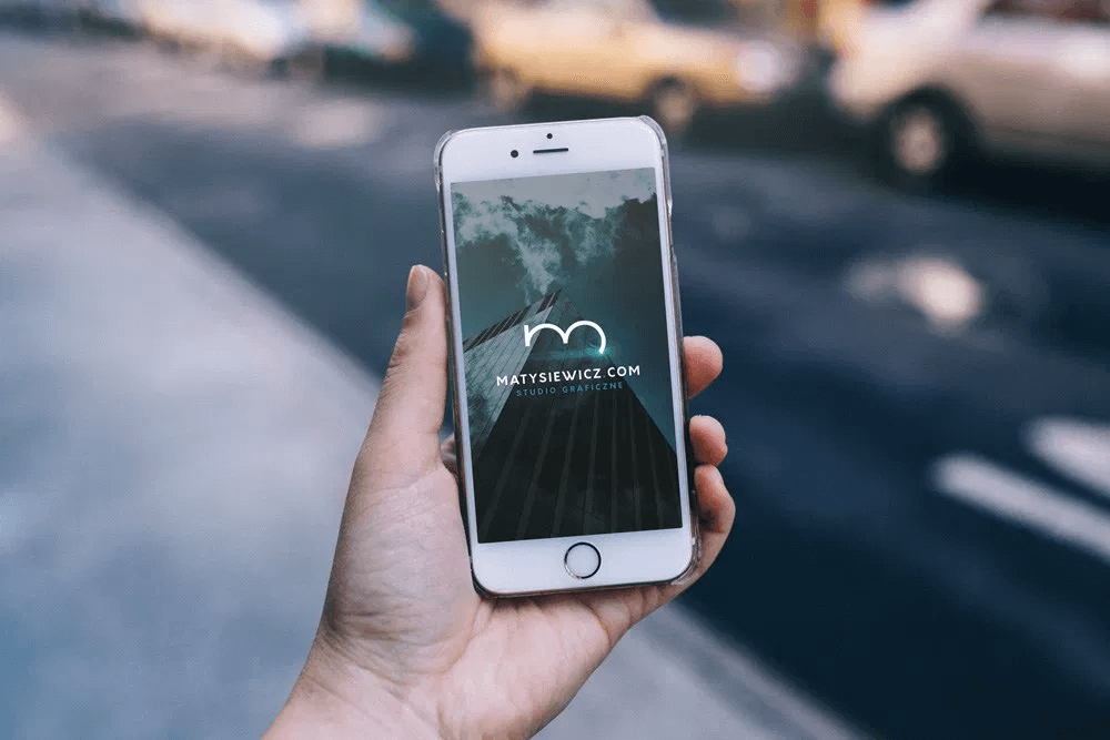 Мокап iPhone в руке. collection of iphone mockups